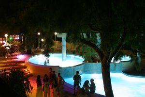 piscina-illuminata-villaggio-porticello-mare